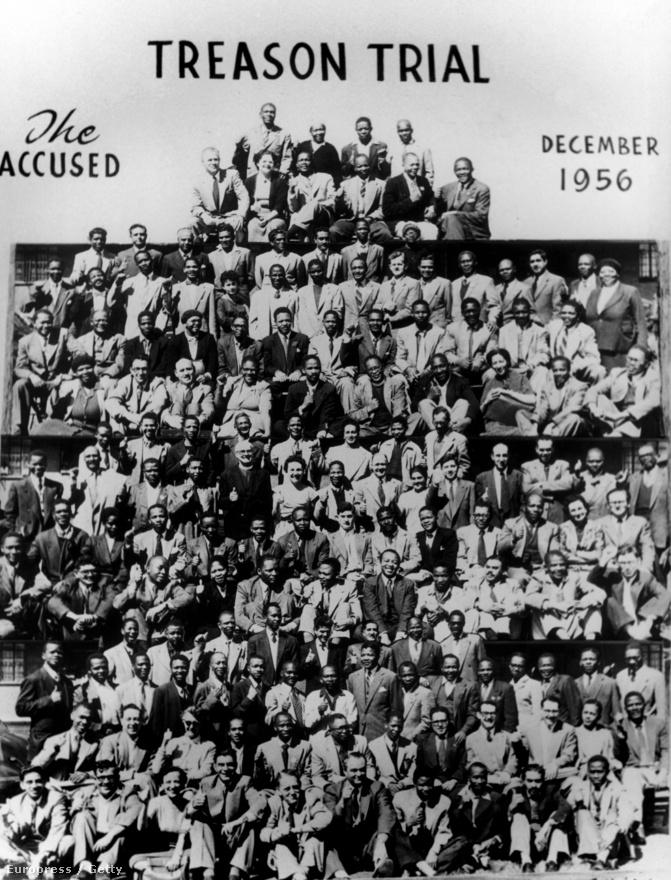 Az apartheid-rendszer ellen küzdő Afrikai Nemzeti Kongresszus (ANC) békés elégedetlenségi kampányt hirdetett, melynek szervezőit, köztük Mandelát 1956-ban letartóztatták.