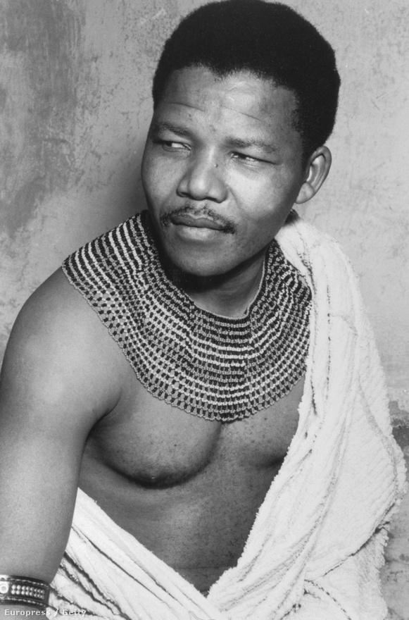Az apartheid-rendszer elleni fiatal aktivista. Nelson Mandela törzsi viseletben.