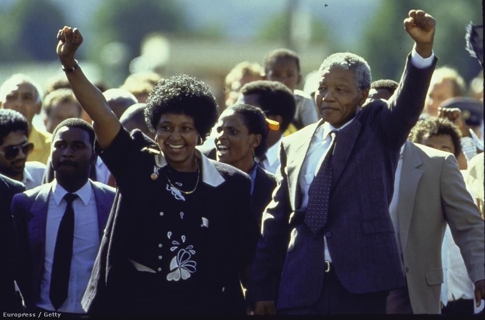 Mandela és második felesége, Winnie a szabadulás napján 1990. február 11-én. Nagy tömeg fogadta a börtön kapujában, az eseményt a dél-afrikai állami TV élő adásban közvetítette.