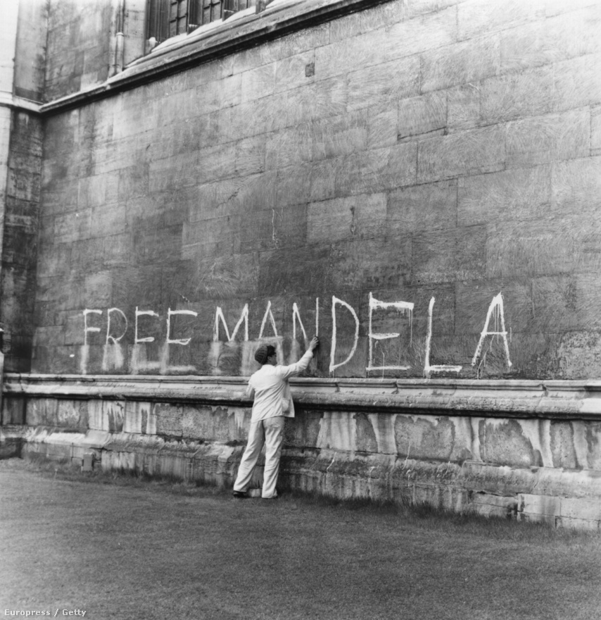 1962-ben Mandelát több társával együtt letartóztatták, és börtönbüntetésre ítélték. Mandela a következő 27 évet börtönben töltötte.