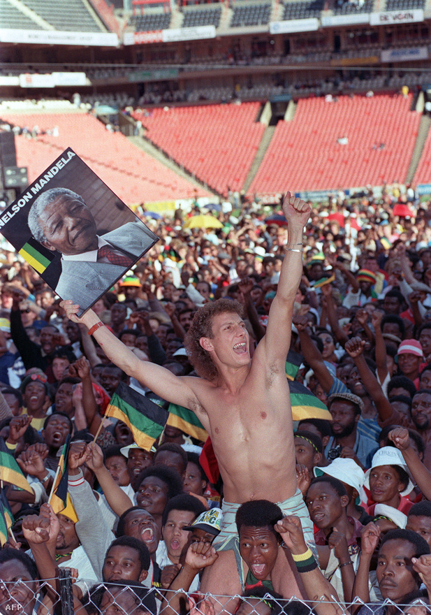 A Mandela szabadulását ünneplő koncerten egy fehér férfi emeli a magasba az ANC vezetőjének portréját.