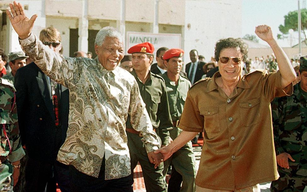 Mandela a dél-afrikai példából kiindulva más országokat is arra bíztatott, hogy diplomáciai úton, tárgyalásokkal oldják meg konfliktusaikat. A képen Moammer Kadhafi volt líbiai vezetővel látható 1997-ben.