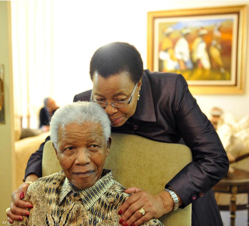 Harmadik feleségével, egy korábbi mozambiki elnök özvegyével Mandela 80 éves korában, 1998-ban házasodott össze. Állapota 2011-ben fordult rosszabbra, 2012-ben pedig kétszer is tüdőgyulladással kezelték egy pretoriai klinikán, ezen kívül epeműtétet is végeztek rajta.