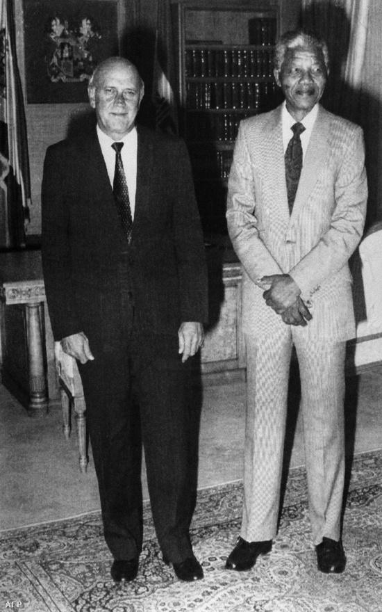 Az ország a polgárháború szélére sodródott, mire 1989-ben a liberálisabb Frederik Willem de Klerket választották elnökké. Felismerte, hogy tárgyalnia kell Mandelával, akit szabadon is engedett.