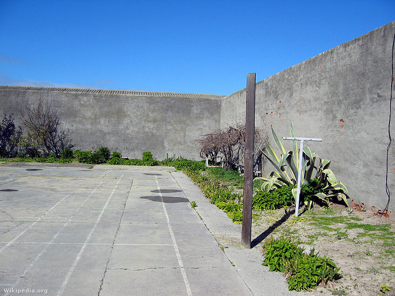 A hírhedt Robben-szigeti börtön udvara. Mandela börtönbüntetése nagy részét itt töltötte, csak szabadulása előtt 14 hónappal szállították át a Fokvárostól hatvan kilométerre fekvő Victor Verster börtöngazdaságba.