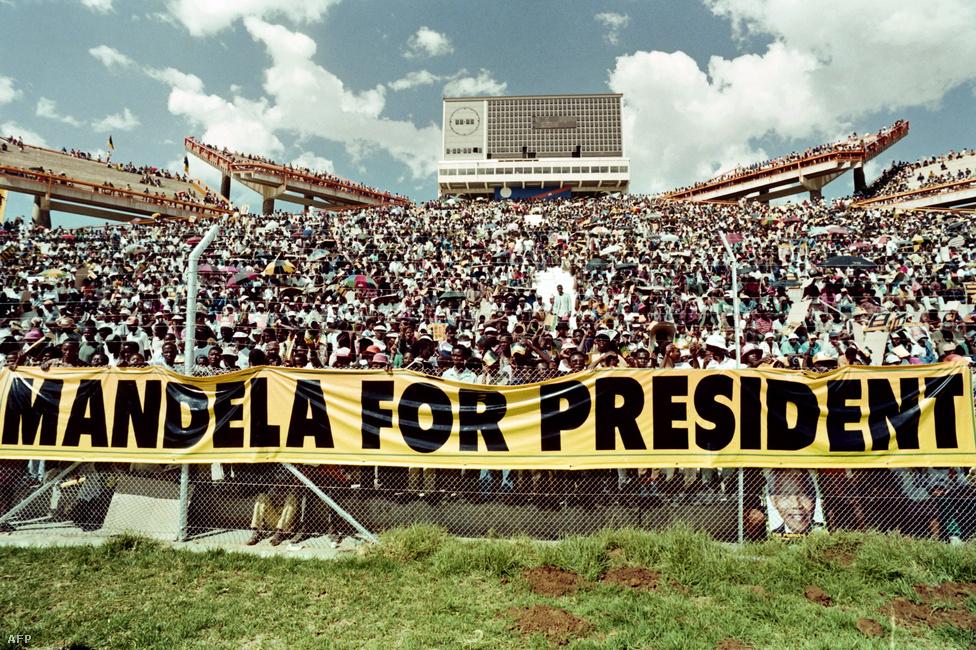 Mandela 1994-től 1999-ig volt Dél-Afrika első fekete elnöke. Sokat tett a fehérek és feketék közötti viszony normalizálásáért, óvott a bosszútól, meglátogatta az apartheid egykori miniszterelnökeinek özvegyeit, megbékélési bizottságokat állíttatott fel, ahol amnesztiát kaptak mindazok, akik megvallják bűnösségüket, és bocsánatot kérnek.