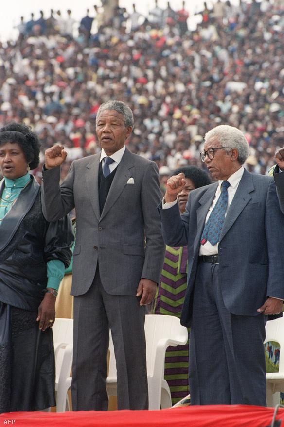 Mandela, és a szintén a Robben-szigetről szabaduló volt ANC-vezető, Walter Sisulu énekelte a dél-afrikai himnuszt a Soccer City stadionban, ahol közel százezren ünnepelték Mandela szabadon engedését. Mandela mellett felessége, Winnie állt.