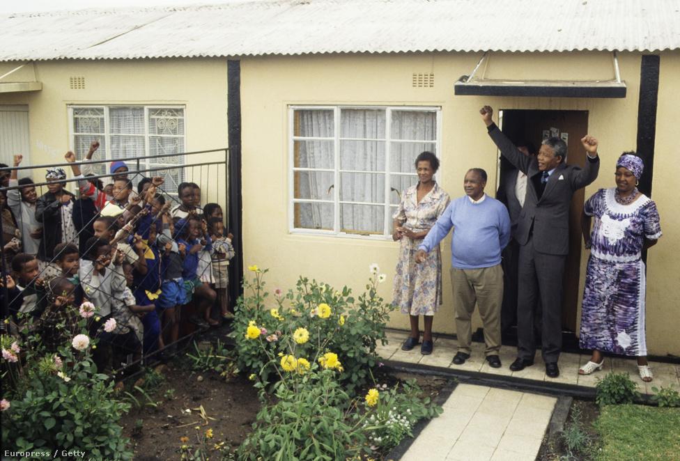Mandela Johannesburg Soweto városrészébe költözött Winnie-vel. A börtönévek alatt elhidegültek egymástól második feleségével, de 1996-ig házasok maradtak.