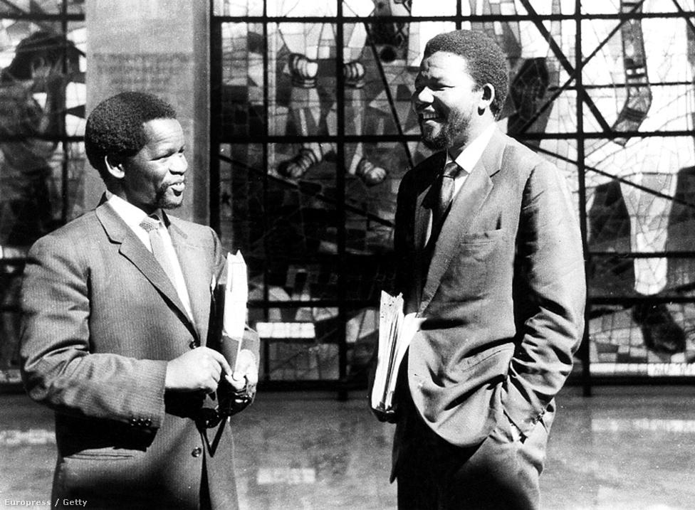 Mandela az ANC másik vezetője, Oliver Tambo társaságában 1960-ban. 1960-ban fordulóponthoz ért az apartheid elleni harc, amikor Sharpeville-ben egy tüntetésen 69 embert ölt meg a rendőrség.