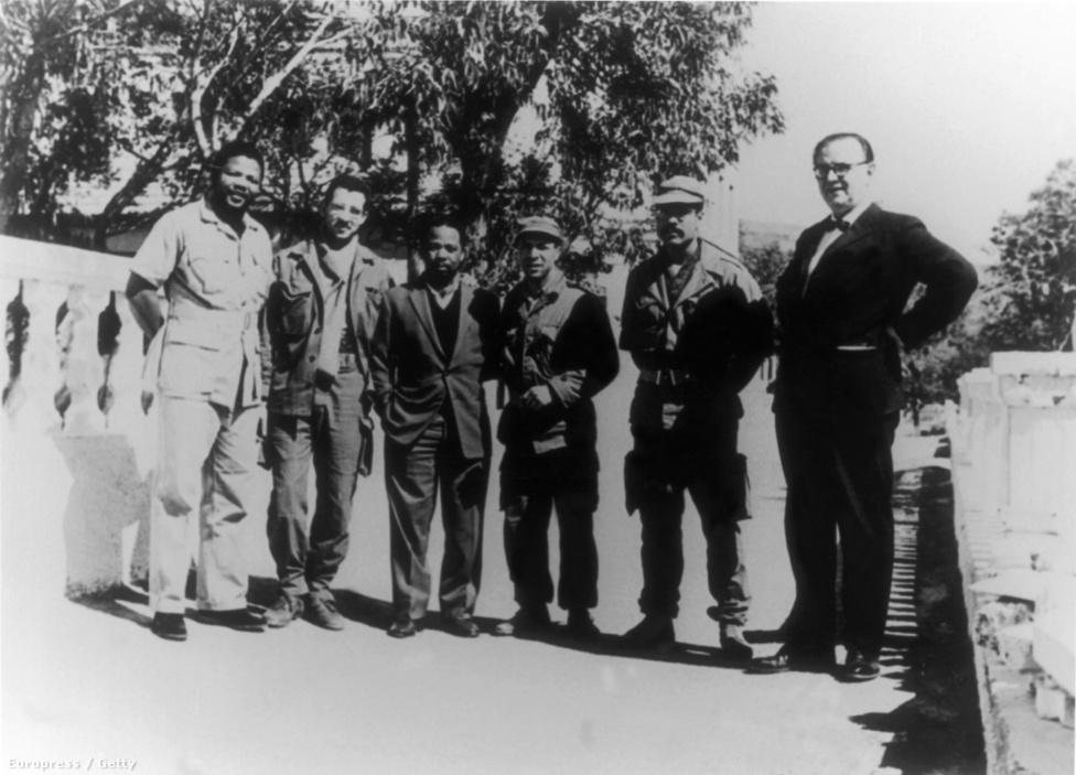 Mandela az algériai hadsereg vezetőivel 1962-ben.
