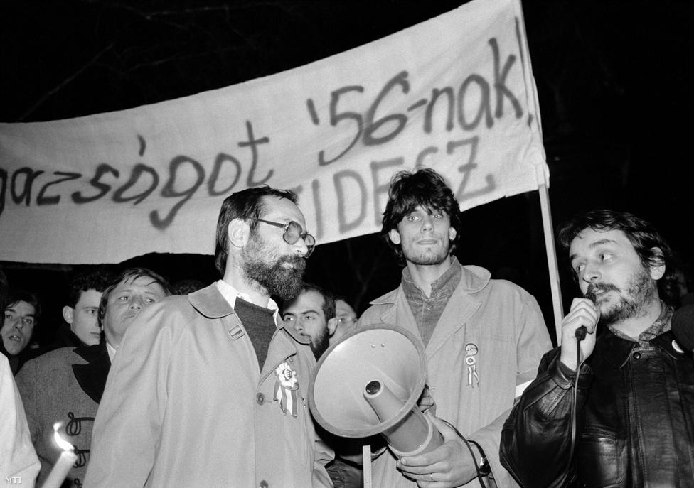 Deutsch Tamás a későbbi kultuszminiszter Rockenbauer Zoltánnal és az akkor SZDSZ-es Tamás Gáspár Miklóssal egy szakszervezeti tüntetésen, a Roosevelt (ma Széchenyi) téren. A megalakulást követő első években a Fidesz vezetői számára probléma volt, hogy a közvélemény jelentős része az SZDSZ ifjúsági szervezetének tartotta a pártot.
