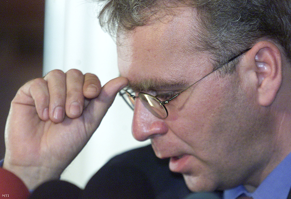 Pokorni Zoltán 2002-ben könnyeivel küszködve jelentette be, hogy édesapja ügynökmúltja miatt azonnali hatállyal lemond a Fidesz pártelnöki és frakcióvezetői tisztségéről. Bár a politikus az eset kapcsán is arról beszélt, hogy a Fidesz célja továbbra is az ügynökkérdés rendezése, azóta sem sok előrelépés történt az ügyben. A rendszerváltó pártként harcosan antikommunista politikát képviselő Fidesz képviselői legutóbb 2012-ben szavazták le az ügynökakták nyilvánosságra hozatalát. Akkor a parlamenti vitához a párt egyetlen képviselője sem szólt hozzá, Kövér László pedig egy interjúban arról beszélt, hogy az egész kérdés csak egy értelmiségi gumicsont. Magyarország az utolsó posztkommunista ország, ahol az állambiztonsági múlt feltárása még nem ment végbe.