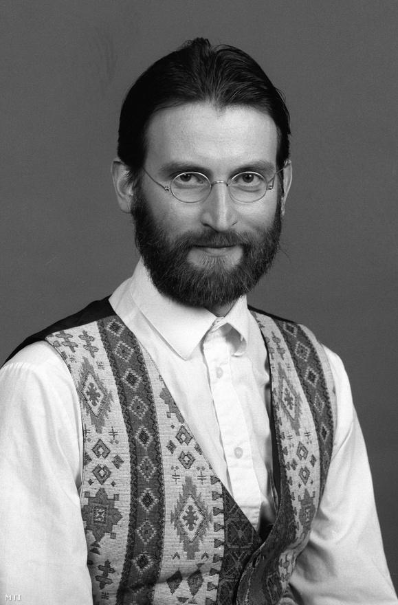 Az első parlamenti ciklusban a Fidesz stílusával is igyekezett kiríni a kádárista stílusjegyeket magán hordozó, öreges politikai elitből. A trend egyik képviselője a népies-alternatív vonalat követő Szájer József, aki azóta már a nyugati módinak hódol, elegáns öltönyben jár az Európai Parlament üléseire és iPaden szövegezi az Alaptörvényt.
