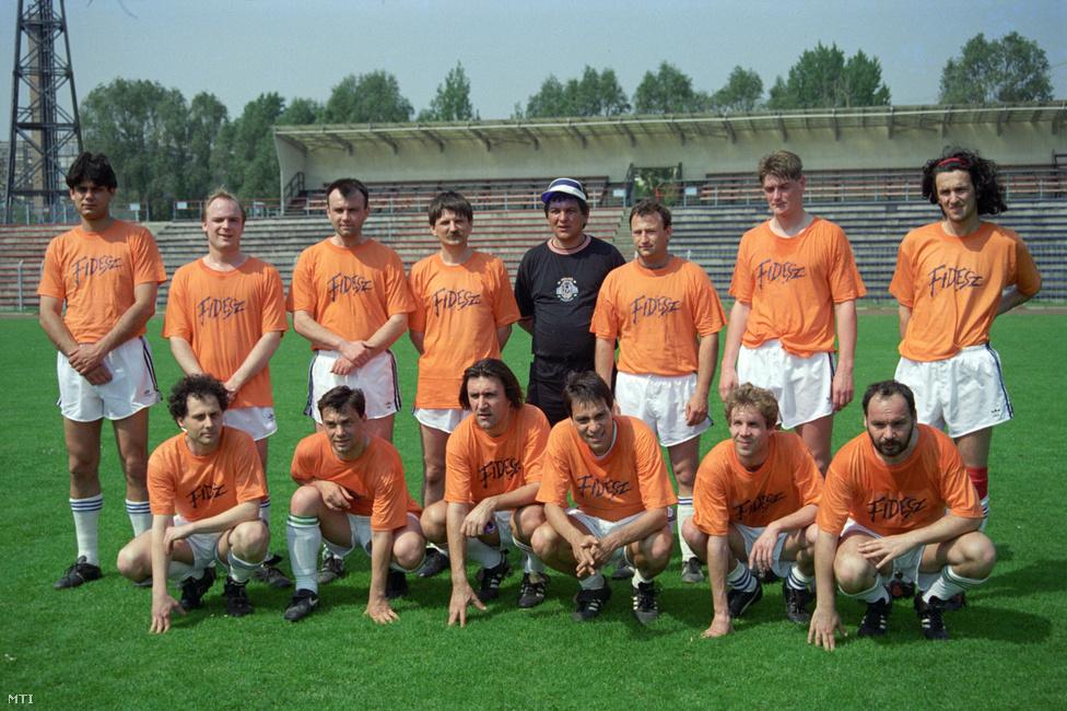 A foci mindig is fontos szerepet játszott a Fidesz identitásában. Képünkön az Orbán-Deutsch-Kövér trióval felálló, a mostani Népszava-főszerkesztő Németh Péterrel és a népszabadságos Hegyi Ivánnal megerősített Fidesz-válogatott látható a Vasas-stadionban megrendezett majálison. Mára megritkultak az ilyen fideszes focimeccsek, a politikusokkal gyakrabban lehet találkozni a futballklubok elnöki pozícióiban, Orbán Viktor pedig az általa alapított felcsúti fociakadémián kommandírozza a gyerekeket.