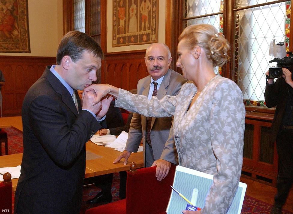A Fidesz az 1994-es választási vereség után megkezdte hosszú menetelését a jobboldal felé. 1998-ban már az MDF-fel és a KDNP-vel közös választási szövetségben győzte le a szocialistákat, a kormányalakításhoz pedig a Torgyán-féle kisgazdákkal kötött koalíciót. Ahogy az már akkor is látszott, a jobbközép szövetségi politika hosszútávon inkább az önálló jobbközép pártok felmorzsolása felé mutatott. A KDNP és az FKgP sorozatos belső pártszakadások után simán betagozódott a Fideszbe, az MDF az éppen Orbán koalíciós kézcsókját fogadó Dávid Ibolya vezetésével is csak 2010-ig tudta megőrizni függetlenségét.
