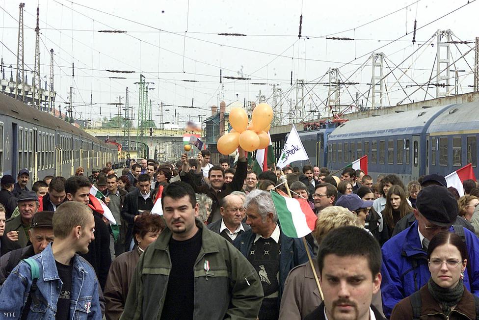 A Fidesz volt az első olyan politikai erő a rendszerváltás utáni Magyarországon, mely pártpolitikai célokra képes volt százezres tömegeket mozgósítani. 2002-ben, az elvesztett első fordulót követően már az internet és a mobiltelefon is segítségére volt a Kossuth téri grandiózus kampánygyűlés megszervezésében, melyre különvonatokkal kellett Budapestre hozni a szimpatizánsokat.