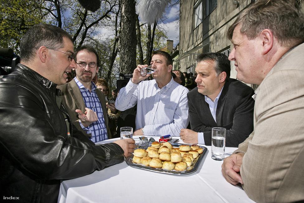 Kósa Lajos a Fidesz legbefolyásosabb önkormányzati politikusa, 1998 óta Debrecen polgármestere. A rock és a motorok iránti rajongásáról is ismert Kósa 2008-ban a Fidesz 20. születésnapján magyaráz egy tál pogácsa felett Szájernek, Bayernek, Orbánnak, valamint az azóta alkotmánybírónak választott Stumpf Istvánnak.