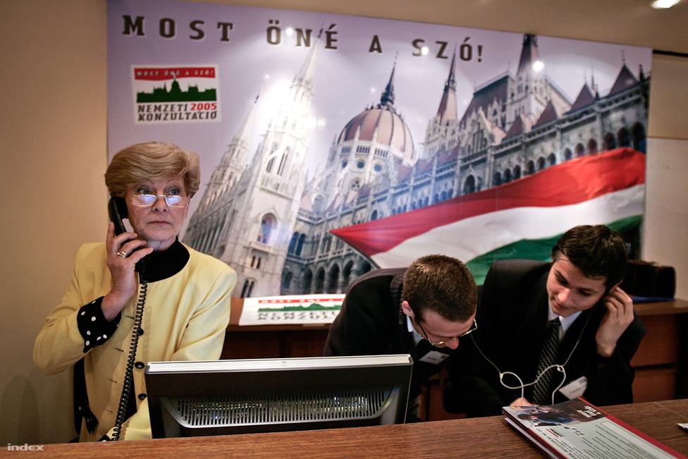 """A Fidesz a 2002-es választási vereség után sokáig kísérletezgetett a különféle ellenzéki stratégiákkal. A polgári körös mozgalom után jött a népszavazás, majd 2005-ben a Nemzeti Konzultáció, ami lényegében egy országjáró kampány apropójául szolgál. A 2002 és 2006 közti időszakra tehető a párt  """"plebejus fordulata, mely lényegében a szociális populizmusra korlátozta a kommunikációt, illetve csöndesen kiegyezett a Kádár-rendszer iránt nosztalgiát tápláló társadalmi csoportokkal. A kommunista múlttal való hallgatólagos megbékélést a Nemzeti Konzultációban olyan figurák voltak hivatva megjeleníteni, mint Pozsgay Imre és Szűrös Mátyás – vagy éppen maga a rendezvények állandó háziasszonya, Kudlik Júlia."""