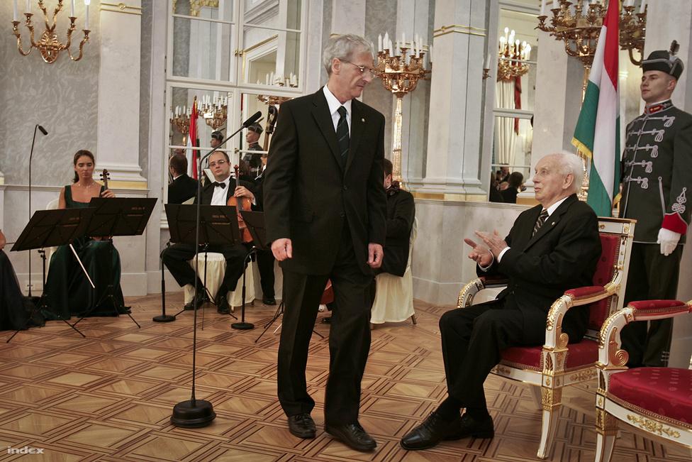 A Fidesznek 2005-ben sikerült azt a bravúrt elérnie, hogy ellenzékből választtatta meg Sólyom Lászlót Mádl Ferenc köztársasági elnök utódjának. Az Alkotmánybíróság egykori elnöke azonban - bár egyáltalán nem szimpatizált a szocialista kormányokkal - a Fidesz számára túl önjáró volt, ezért 2010-ben szóba sem került újraválasztása. Napjainkban Sólyom László a Fidesz által elindított közjogi centralizáció talán legtekintélyesebb kritikusának számít.