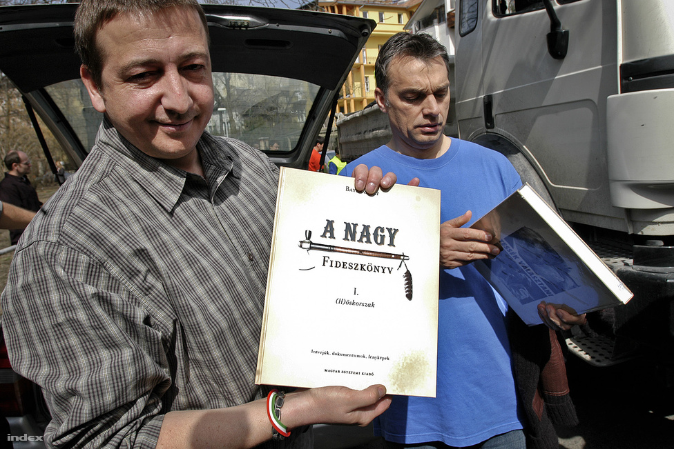 """A 2006-os """"A nagy Fideszkönyv""""-vel büszkélkedő Bayer Zsolt a Fidesz egyik meghatározó, egyben talán legellentmondásosabb véleményformáló értelmiségije. Az ötös tagkönyv tulajdonosa bizonyos értelemben az egyik első összekötő kapcsot jelentette a KDNP felé, hiszen kollégistaként állítása szerint együtt headbangelt a szobatárs Semjén Zsolttal. Egyebek mellett a cigányokat """"állatnak"""" minősítő publicisztikái miatt felmerült, hogy kizárják a pártból, az elkötelezett fidesznyik Bayer ugyanakkor utólag mindig megmagyarázza, hogy ő valójában nem úgy gondolta."""