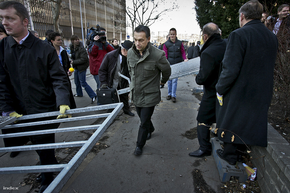2007 februárjában a  Fidesz parlamenti frakciója testületileg kivonult az Országházból, és demonstratíve elbontotta a Kossuth-teret a tüntetők elől elzáró kordont. 2011-ben már ők zárták le a Parlament előtti teret, csak ezúttal egy 130 napig tartó kiállításra hivatkozva.