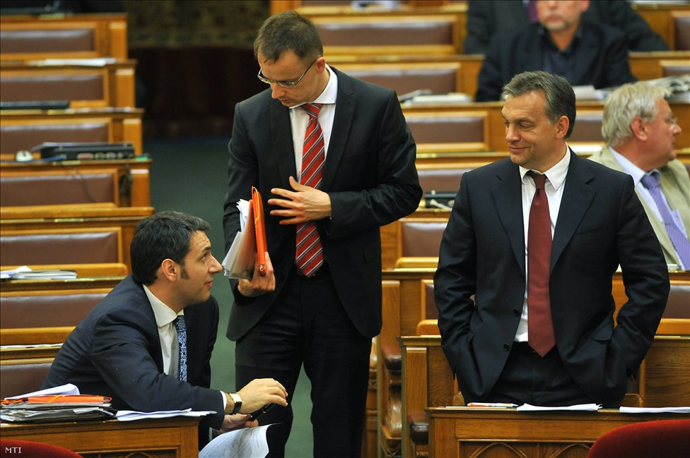 Talán Lázár János és Szijjártó Péter a legtipikusabb karakterei a Fidesz második generációs vezetőrétegének. Mindketten a vidéki önkormányzati politikából nőtték ki magukat, mindketten Orbán Viktor teljes bizalmát élvezve emelkedtek magas párt- és kormányzati pozíciókba. Szíjjártót még saját párttársai közül is sokan színtelen, karakter nélküli figurának tartják, akinek az az egyetlen feladata, hogy a józan érvek ellenében is sulykolja a fideszes szlogeneket, és minden ellenállást legyűrve keresztülvigye Orbán Viktor akaratát. Kétség a sokak által gátlástalannak tartott Lázár lojalitásához sem fér, de az ő ambíciói feltehetően túlmutatnak Orbánon, politikai megítélését pedig árnyalja a múltfeltárás és a romák iskolai deszegregációja iránti elkötelezettsége.