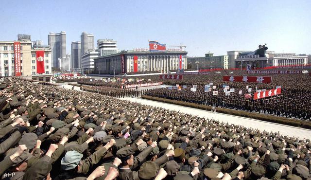 A háborút támogatók rendkívüli gyűlése Phenjan főterén egy március 29-én nyilvánosságra hozott képen