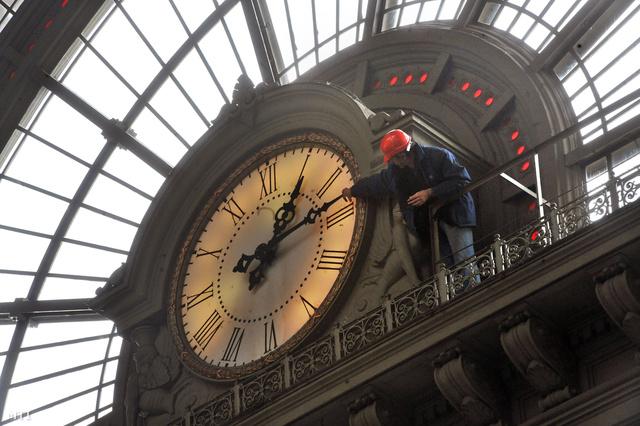 Igazítják az órát a Keleti Pályaudvarban