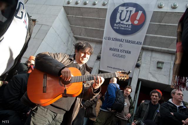 Gerendás Péter az Új Színház vezetőinek kinevezése ellen szervezett demonstráción, 2011 októberében