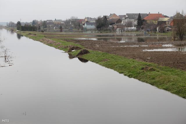 A Principális-csatorna és belvízzel elöntött kertek Nagykanizsán.