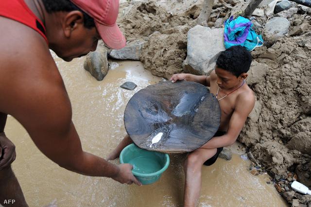 Apa és fia aranyat mos Hondurasban