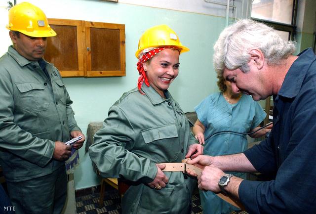 Liebmann Katalin munkaruháját igazgatják méretre egy 2001-es bányalátogatáson.