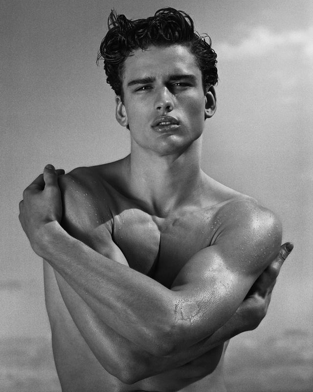 A modell neve Simon Nessman