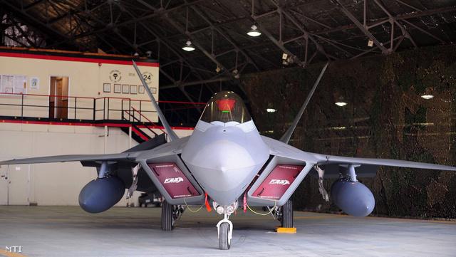 Az amerikai légierő egyik F-22-es Raptor vadászgépe az Egyesült Államok dél-koreai légibázisán Oszanban 2013. március 31-én.