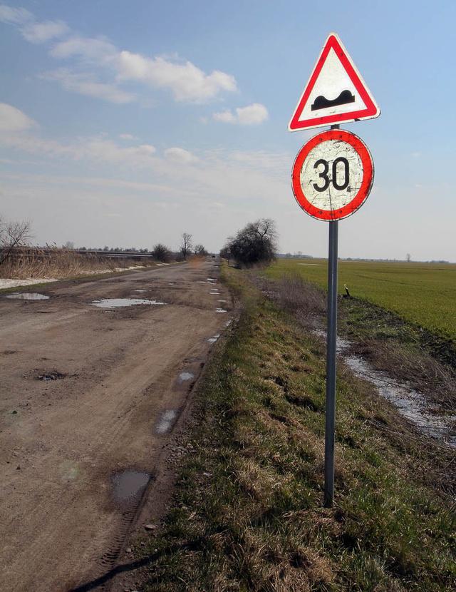 Sebességkorlátozás a nagy teherautók által széttaposott Heves-Pély úton