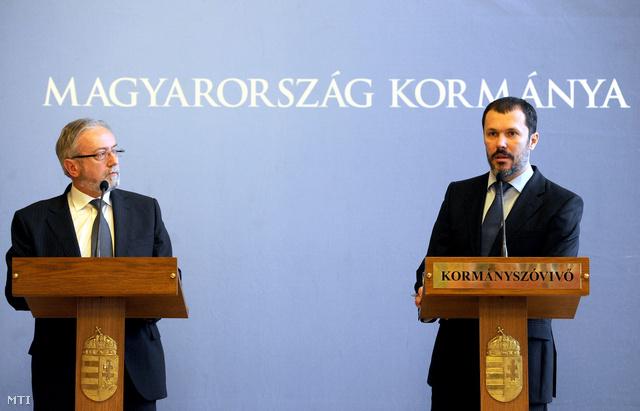 Böröcz István, a Médiaszolgáltatás-támogató és Vagyonkezelő Alap (MTVA) vezérigazgatója (b) és Giró-Szász András kormányszóvivő az Országházban tartott kormányszóvivői sajtótájékoztatón
