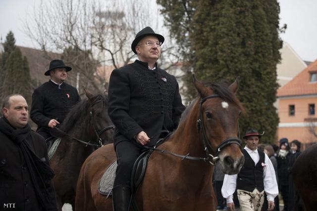 Semjén Zsolt miniszterelnök helyettes (k) és Olosz Gergely RMDSZ-képviselő (hátul) a huszár-hagyományőrzőkhöz csatlakozva lóháton érkezik az 1848-49-es magyar forradalom és szabadságharc 165. évfordulóját ünneplő felső-háromszékiek közé az erdélyi Kézdivásárhelyen