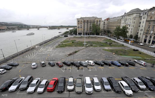 A parlament parkolója 2012. júniusában