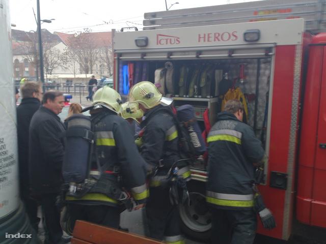 Tűzoltók a Deák téri metrólejárónál