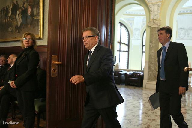 Matolcsy György jegybankelnök érkezik a sajtótájékoztatóra