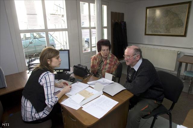 Egyszerűsített honosítási kérelmüket átadó ügyfelek az Erdélyi Magyar Nemzeti Tanács által működtetett Demokrácia Központban