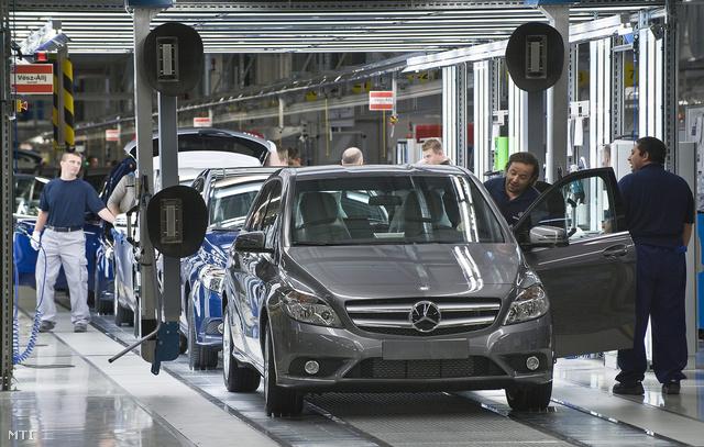 Mercedesek a  kecskeméti gyártósoron