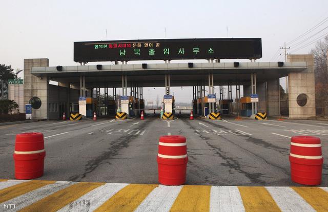 Lezárt határátkelő a két Korea közt, Padzsuban, 2013. április 4-én