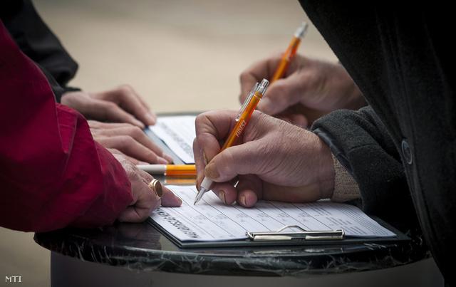 Önkéntesek mutatják, hol kell aláírni a rezsicsökkentés támogatását