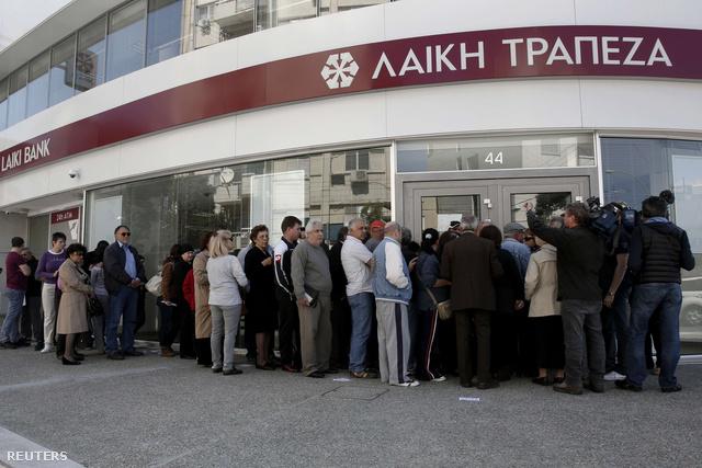 Hosszú sorokban várják a pénzüket ciprus egyik csődbe ment bankja előtt az emberek