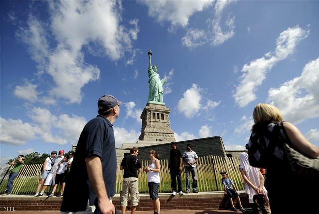 Turisták a Szabadság-szobor körül