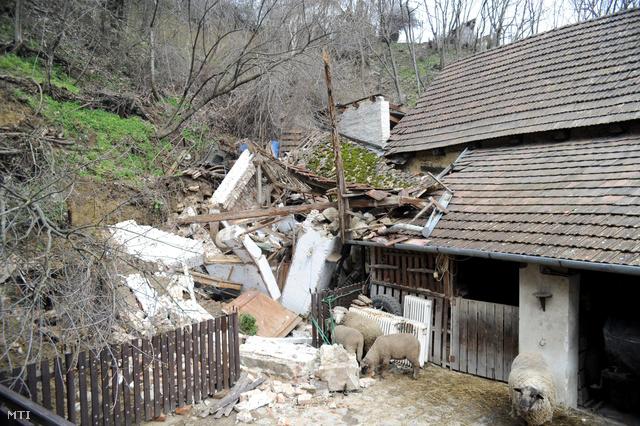 Leomló löszfal rongált meg egy házat Verőcén