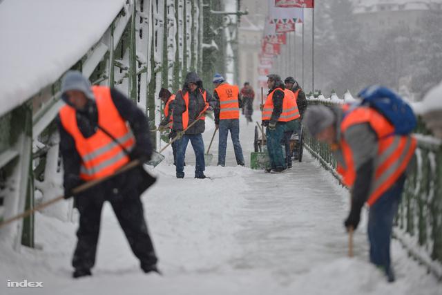 A havat takarítják a Szabadság hídon, március 27-én