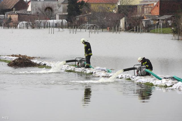 Tűzoltók szivattyúzzák ki a vizet a Principális-csatorna nyúlgátja melletti kiskertekből Nagykanizsa kiskanizsai városrészében