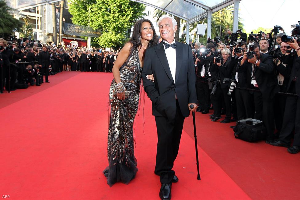 Cannes-i életműdíjának átvétele előtt legutóbbi élettársával, a nála 42 évvel fiatalabb egykori modellel, Barbara Gandolfival pózol a vörös szőnyegen. A pár egy évvel később, 2012-ben szakított.